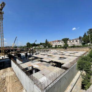 Будівництво підземного паркінгу : бетонування стін, зшивання колон