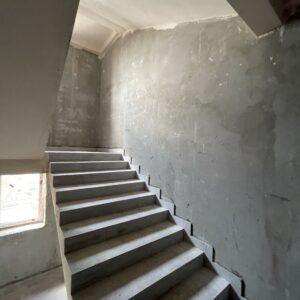 Оштукатурення стін досягло 8-го фактичного поверху