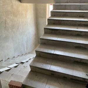 Кладка керамічної плитки на сходових маршах досягла 6-го фактичного поверху